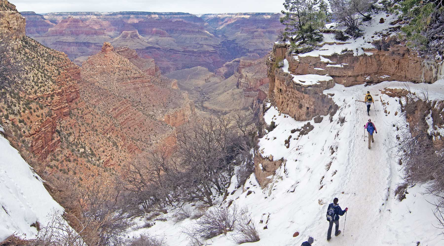 Grand_Canyon_Bright_Angel_Trail,_Winter_Hiking_Grands parcs de l'ouest en hiver, zion, grand canyon, bryce canyon, monument vallée, monument valley, las vegas, chinook voyage, aventure, randonnée